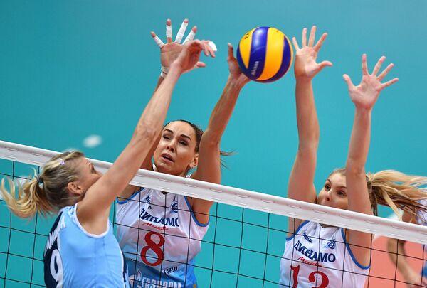 Волейболистки московского Динамо Наталия Гончарова (в центре), Ирина Фетисова (справа)