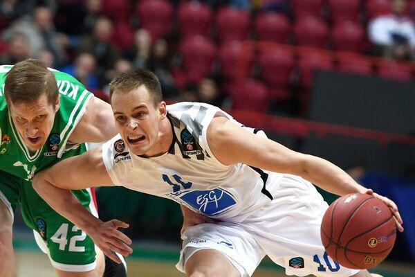 Защитник БК УНИКС Евгений Колесников (слева) и защитник БК Леваллуа Клемен Препелич