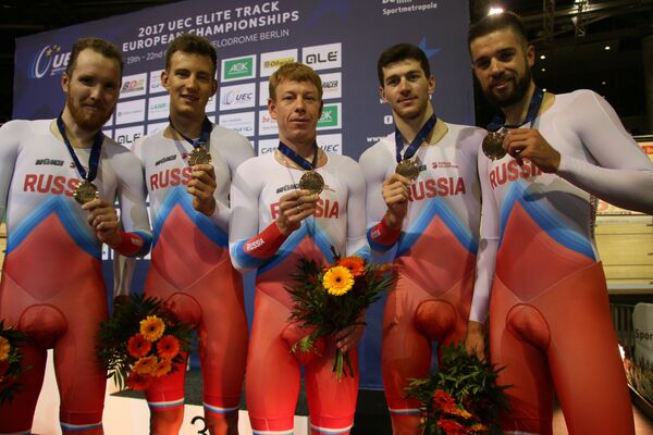 Российские велогонщики Александр Евтушенко, Мамыр Сташ, Дмитрий Соколов и Алексей Курбатов с бронзовыми медалями чемпионата Европы