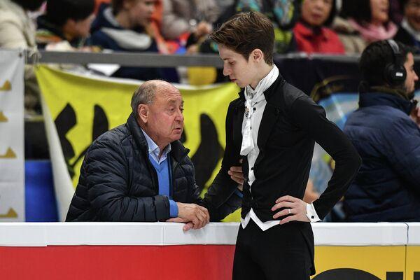 Андрей Лазукин (справа) и тренер Алексей Мишин