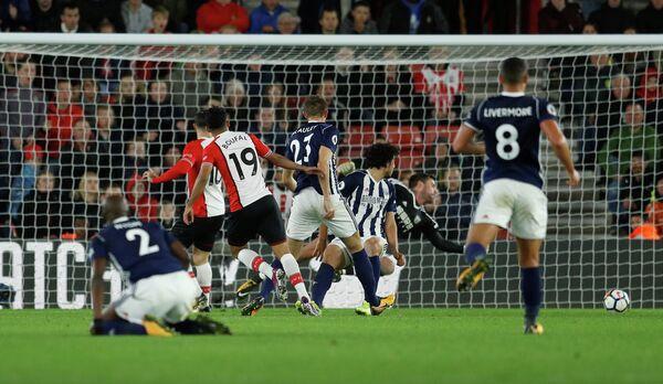 Игровой момент матча чемпионата Англии Саутгемптон - Вест Бромвич