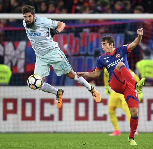 Защитник Зенит Миха Мевля (слева) и полузащитник ЦСКА Астемир Гордюшенко