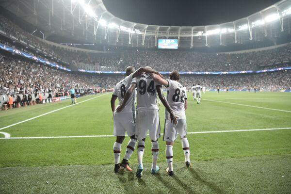 Футболисты Бешикташа радуются забитому голу в матче Лиге чемпионов против Лейпцига
