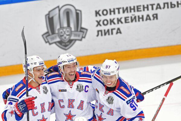Хоккеисты СКА Артем Зуб, Павел Дацюк и Никита Гусев (слева направо) радуются заброшенной шайбе