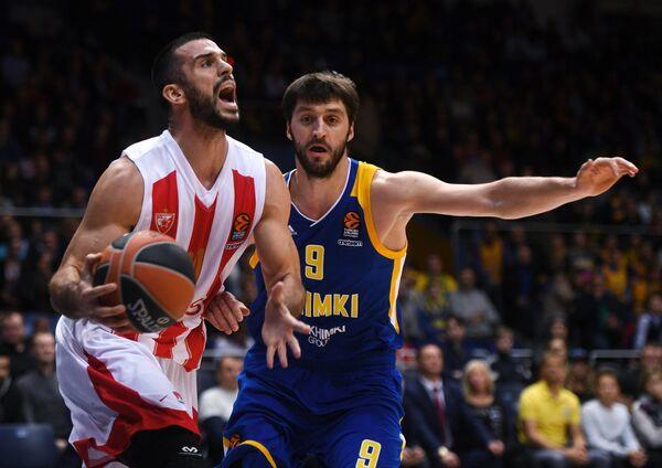 Защитник БК Црвена Звезда Бранко Лазич (слева) и защитник БК Химки Стефан Маркович