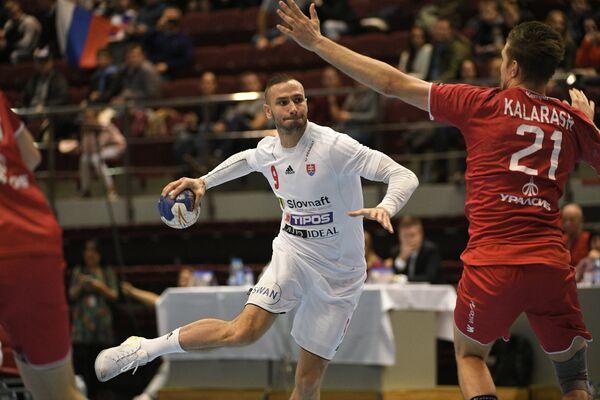 Игрок сборной Словакии по гандболу Доминик Крок (слева)
