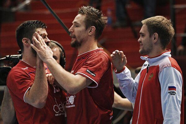 Гандболисты сборной России радуются победе
