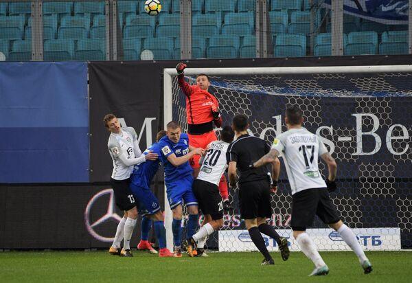 Вратарь Тосно Давид Юрченко (в центре на втором плане)