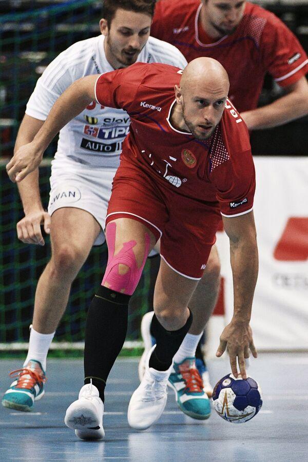 Игрок сборной России по гандболу Константин Игропуло (в центре)