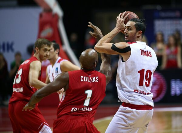 Баскетболисты Локомотива-Кубани Дмитрий Хвостов, Марди Коллинз и форвард БК Бильбао Пере Томас (слева направо)