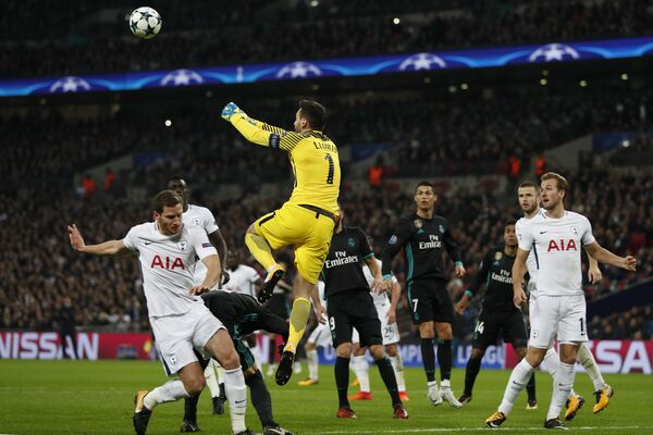 Игровой момент матча Лиги чемпионов Тоттенхэм - Реал