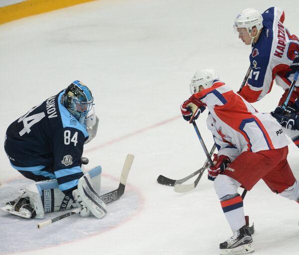 Вратарь Сибири Алексей Красиков (слева)