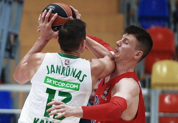 Форвард Жальгириса Паулюс Янкунас (слева) и форвард ЦСКА Андрей Воронцевич