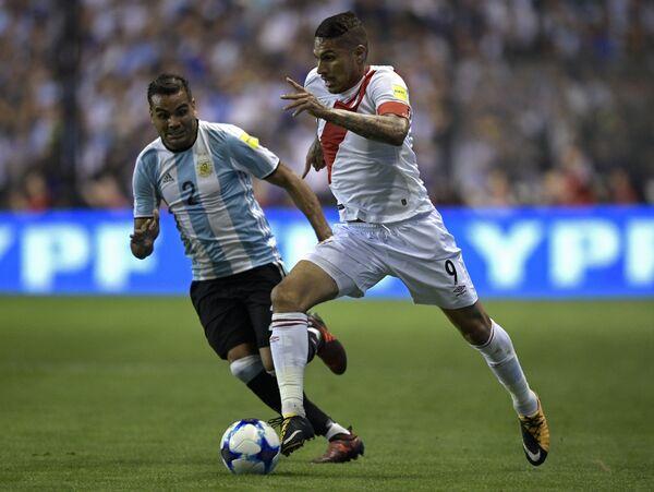 Нападающий сборной Перу Хосе Паоло Герреро (справа) и защитник сборной Аргентины Габриэль Меркадо