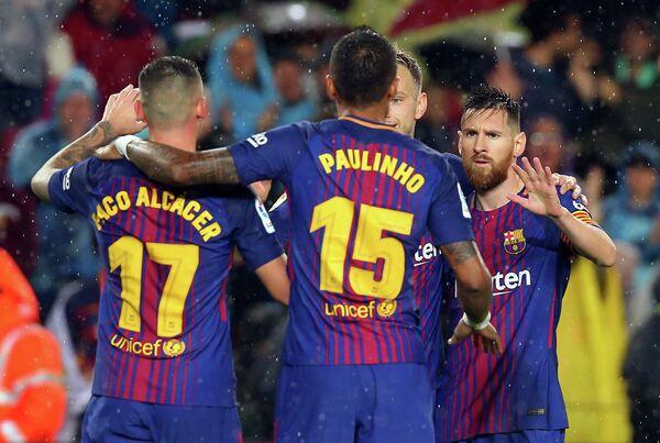 Футболисты Барселоны Пако Алькасер, Паулинью и Лионель Месси (слева направо)