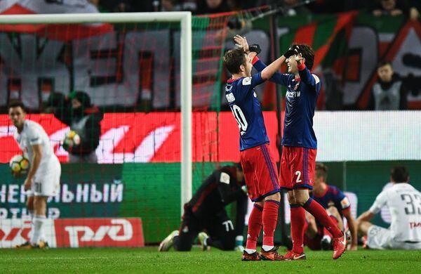 Футболисты ЦСКА Хетаг Хосонов (слева на первом плане) и Марио Фернандес