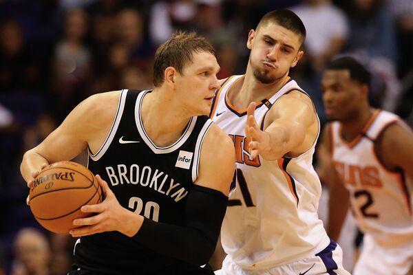 Центровой Бруклин Нетс Тимофей Мозгов (слева) и центровой Финикс Санз Алексей Лень