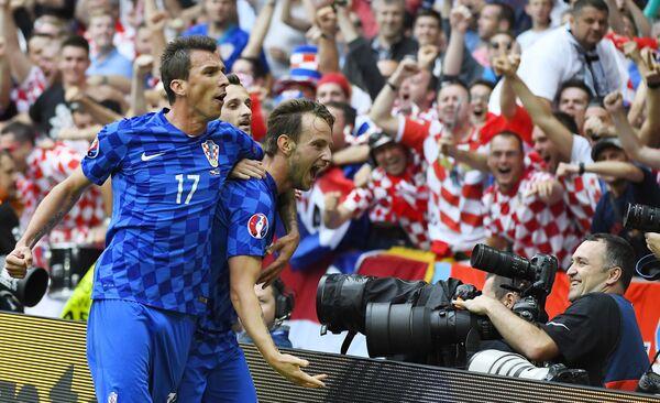 Футболисты сборной Хорватии Марио Манджукич и Иван Ракитич (слева направо)