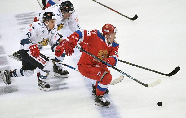 Форвард сборной Финляндии Антти Пильстрём (слева) и нападающий сборной России Кирилл Капризов
