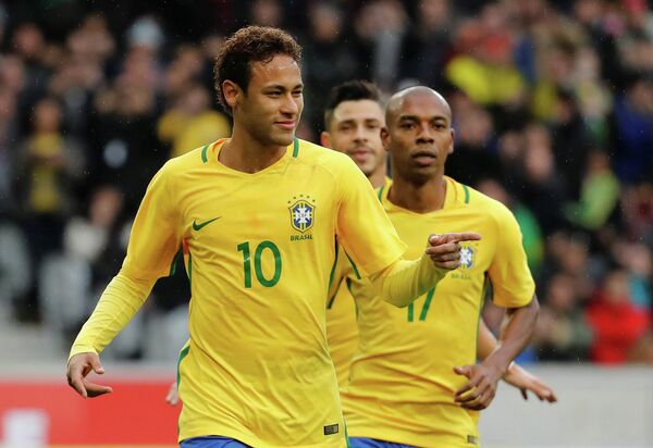 Нападающий сборной Бразилии Неймар (на первом плане)
