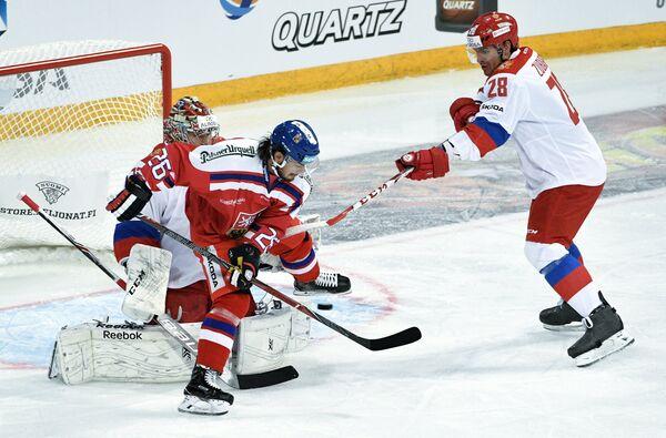 Защитник сборной России Андрей Зубарев и хоккеисты сборной Чехии Мартин Затёвич и Марек Мазанец (справа налево)