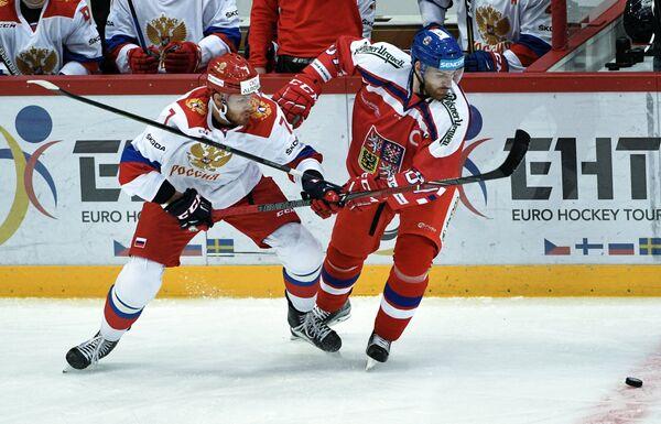Нападающий сборной России Иван Телегин (слева) и защитник сборной Чехии Якуб Накладал