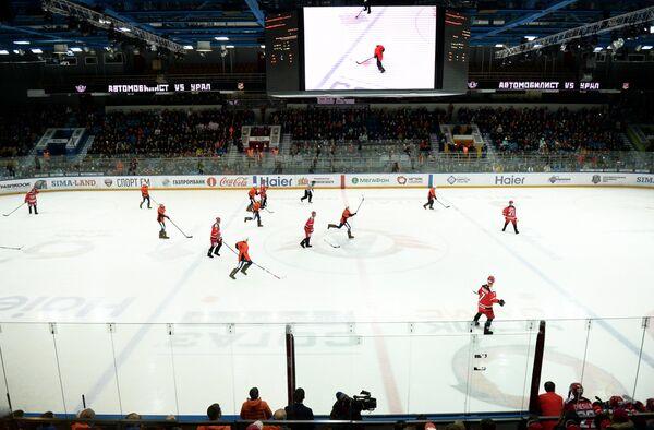 Игроки ХК Автомобилист и ФК Урал во время благотворительного матча на льду