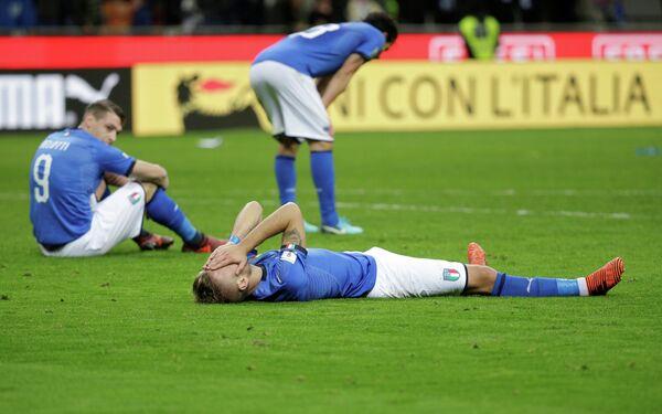 Футболисты сборной Италии после поражения от шведов