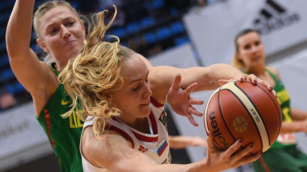 Форвард сборной Литвы Моника Григалауските (слева) и разыгрвающая сборной России Елена Беглова