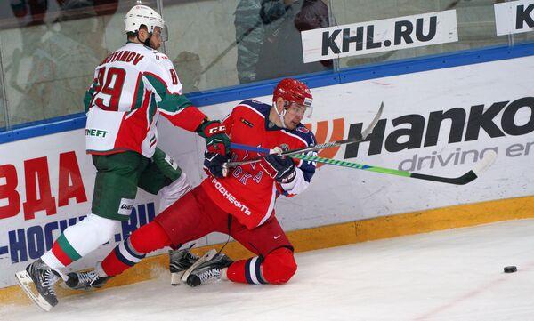 Форвард Ак Барса Артём Лукоянов (слева) и нападающий ЦСКА Валерий Ничушкин