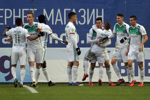 Футболисты Ахмата радуются забитому мячу