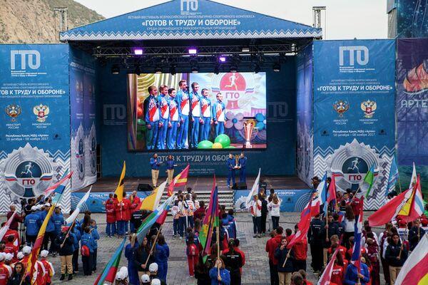 Все флаги в гости к нам!  Главным зрелищем церемонии открытия стал парад регионов, где команды представили свои области, края и республики.
