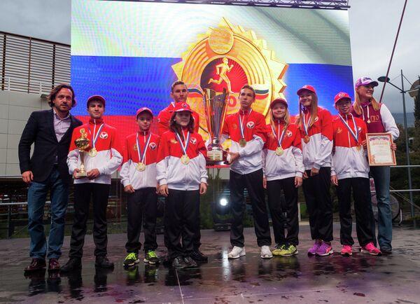 Кульминация церемонии закрытия фестиваля ГТО – награждение команды Удмуртии переходящим Кубком ГТО