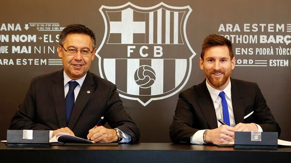 Президент Барселоны Хосеп Мария Бартомеу и форвард Барселоны Лионель Месси (справа)
