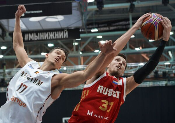 Форвард сборной Бельгии Ханс Ванвейн (слева) и форвард сборной России Евгений Валиев