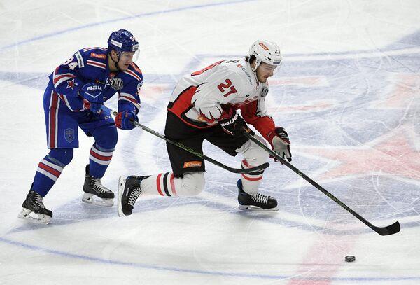 Нападающий ХК СКА Александр Барабанов (слева) и форвард ХК Авангард Деннис Эверберг