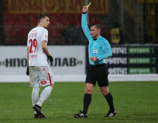 Главный судья Владислав Безбородов (слева) и защитник ФК Спартак Илья Кутепов