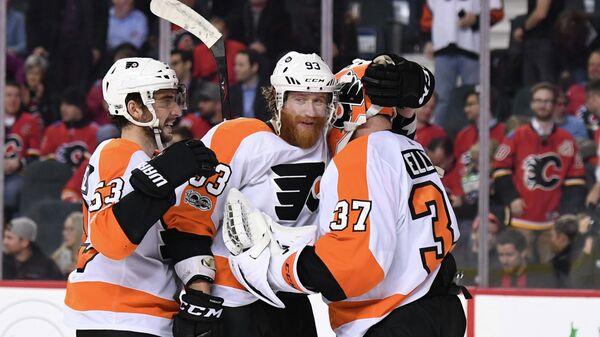 Хоккеисты Филадельфии Флайерз вратарь Брайан Эллиотт, нападающий Якуб Ворачек и защитник Шейн Гостисбеер (справа налево)
