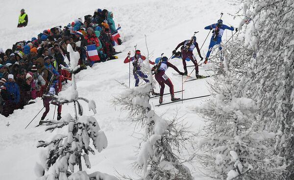 Биатлонисты на дистанции гонки преследования на третьем этапе Кубка мира во французском Анси