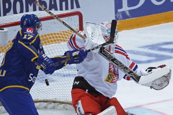Нападающий сборной Швеции Пер Линдхольм (слева) и вратарь сборной Чехии Доминик Фурх