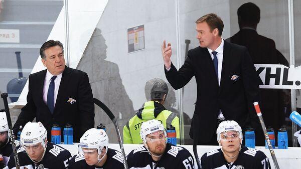 Исполняющий обязанности главного тренера ХК Металлург Виктор Козлов (справа) и старший тренер ХК Металлург Майкл Пелино (слева)