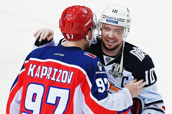 Нападающий ПХК ЦСКА Кирилл Капризов (слева) и форвард Металлург Сергей Мозякин