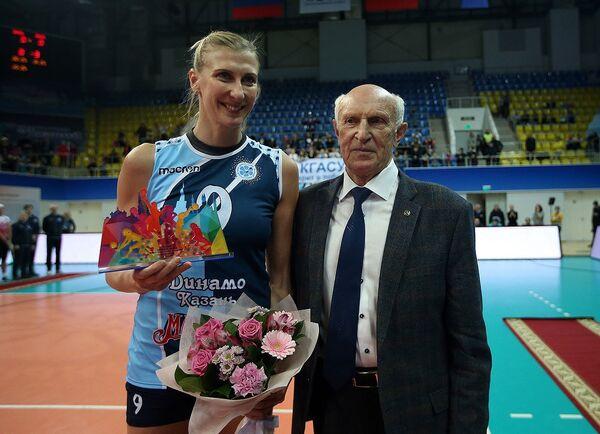 Нападающая казанского Динамо Наталья Маммадова (слева)