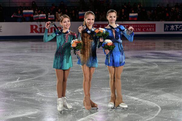 Алена Косторная, Александра Трусова и Анастасия Тараканова (слева направо)