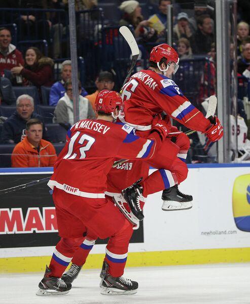 Хоккеисты молодежной сборной России Андрей Алтыбармакян и Михаил Мальцев (справа налево)