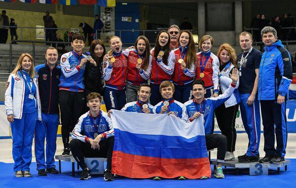 Мужская и женская сборные России по шорт-треку с завоеванными медали