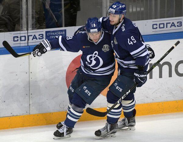 Игроки ХК Динамо Артём Волков (справа) и автор гола Михаил Варнаков