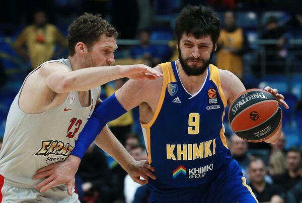 Игрок БК Химки Стефан Маркович (справа) и игрок БК Олимпиакос Янис Стрельниекс
