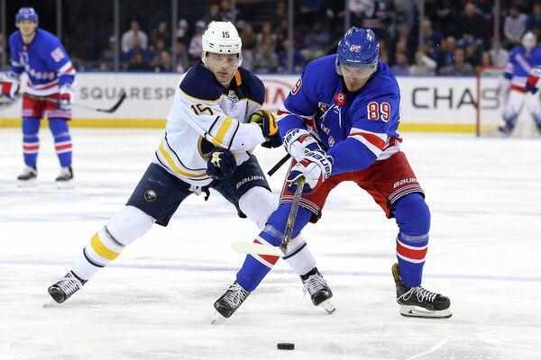 Нападающие клубов НХЛ Баффало Сейбрз Джек Айкел и Нью-Йорк Рейнджерс Павел Бучневич (слева направо)
