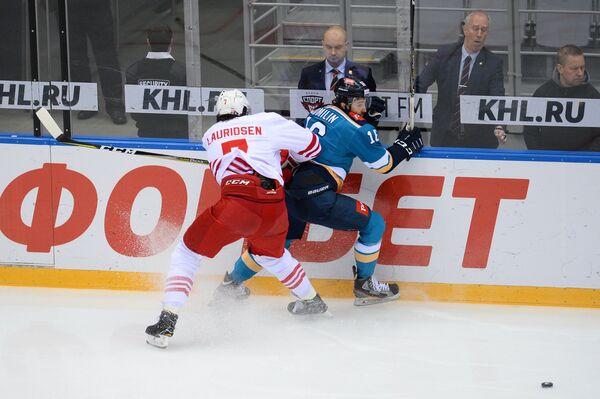 Защитник ХК Йокерит Оливер Лауридсен (слева) и нападающий ХК Сочи Артём Томилин